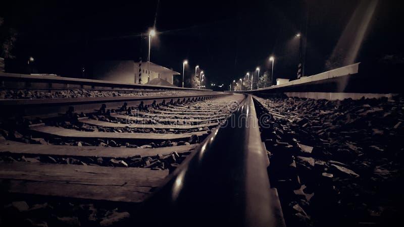 Feche acima da estrada de ferro na noite imagem de stock