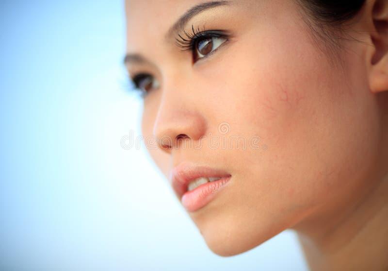 Feche acima da face de uma mulher nova fotografia de stock