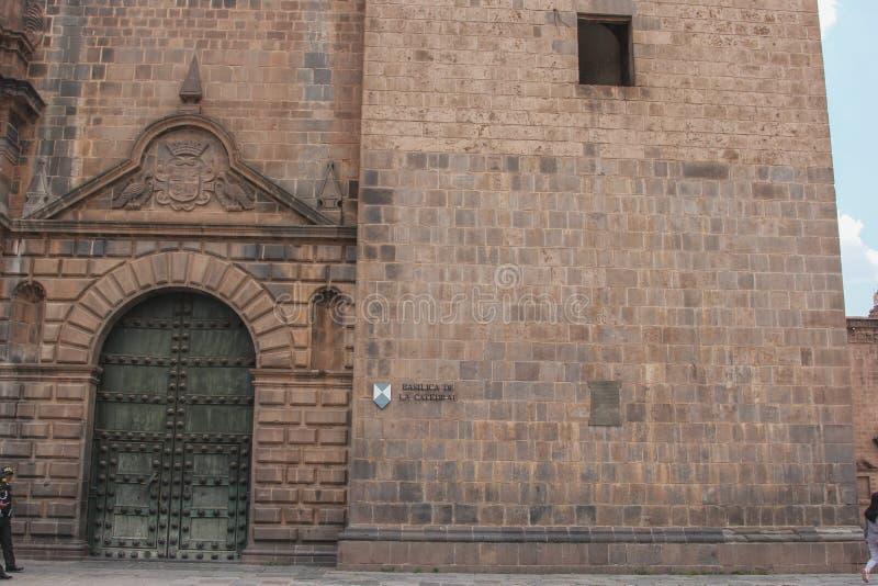 Feche acima da fachada católica velha da catedral no Peru de Cuzco fotografia de stock royalty free