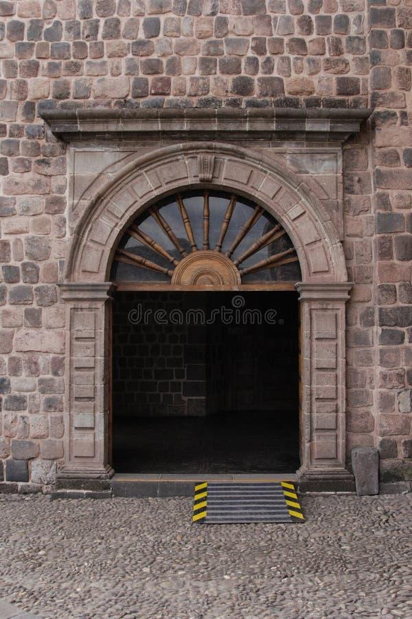 Feche acima da fachada velha da igreja Católica no Peru de Cuzco fotos de stock
