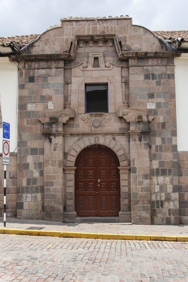 Feche acima da fachada velha da igreja Católica no Peru de Cuzco foto de stock royalty free