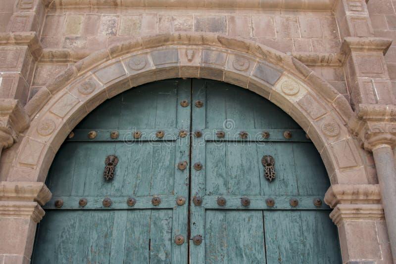 Feche acima da fachada velha da igreja Católica no Peru de Cuzco imagens de stock