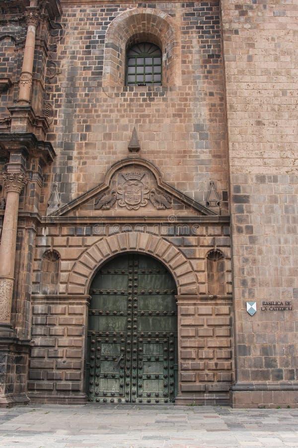 Feche acima da fachada velha da igreja Católica no Peru de Cuzco fotografia de stock