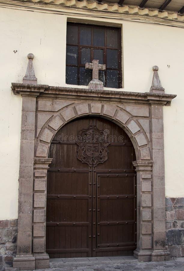 Feche acima da fachada velha da igreja Católica no Peru de Cuzco imagem de stock