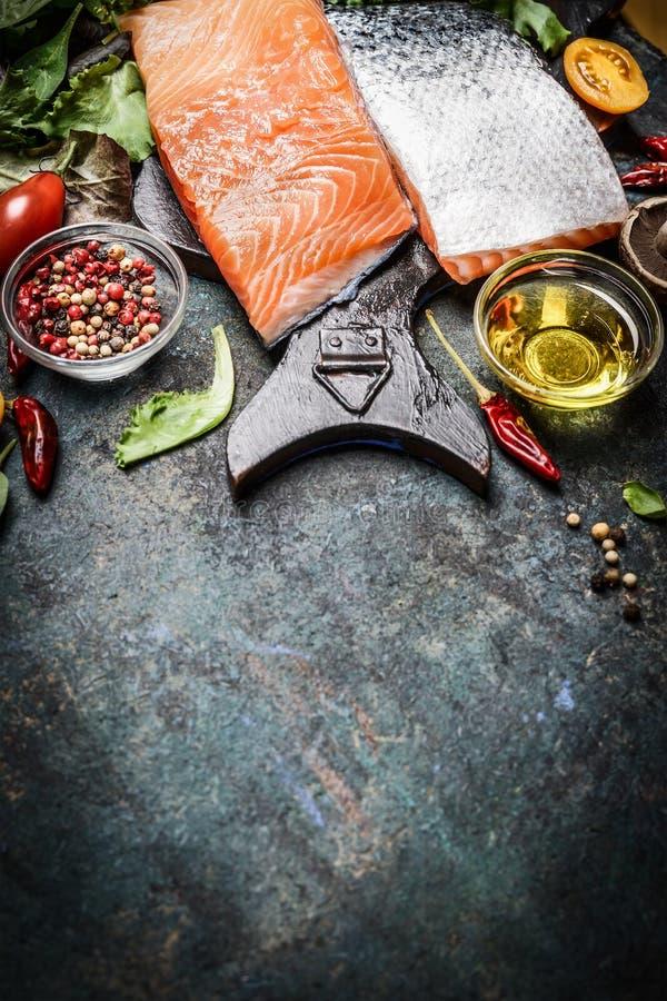 Feche acima da faixa salmon excelente com óleo, especiarias e tempero para o cozimento saboroso fotografia de stock