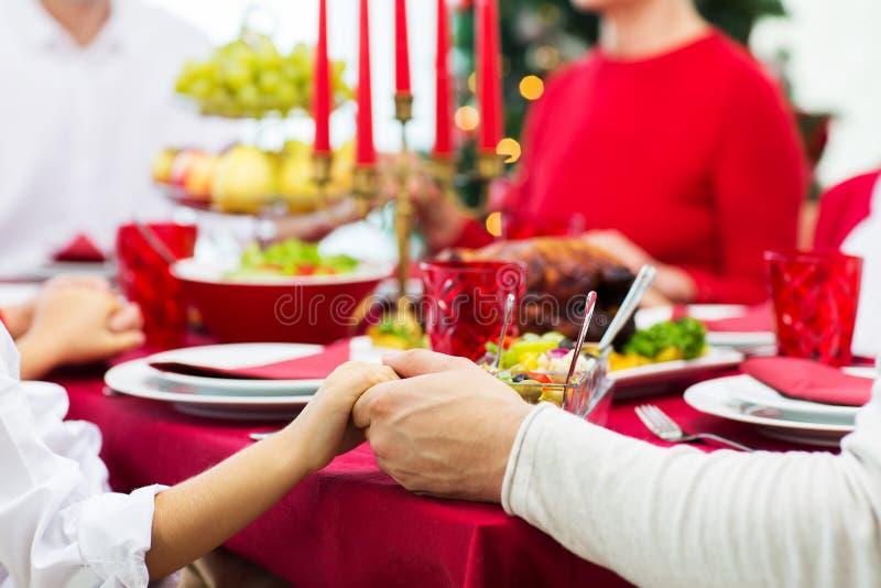 Feche acima da família que tem o jantar de Natal em casa imagens de stock royalty free