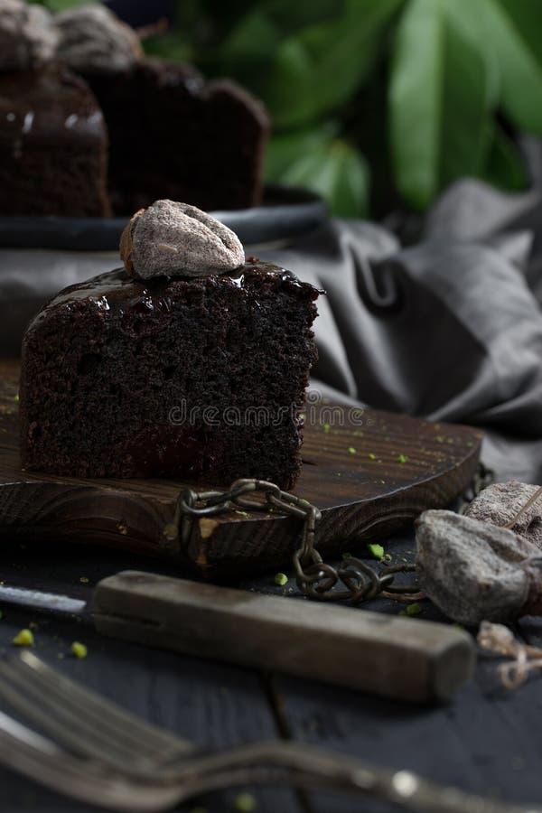 Feche acima da fatia escura do bolo de chocolate imagem de stock