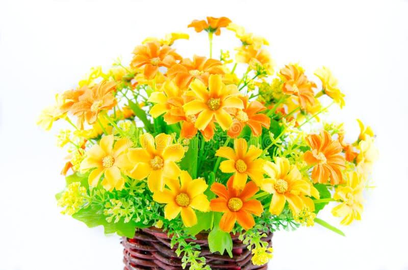 Feche acima da flor da síntese no vaso de madeira imagens de stock
