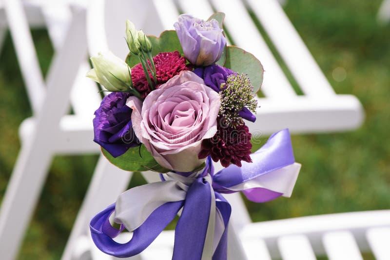 Feche acima da flor decorada na cadeira do casamento fotos de stock