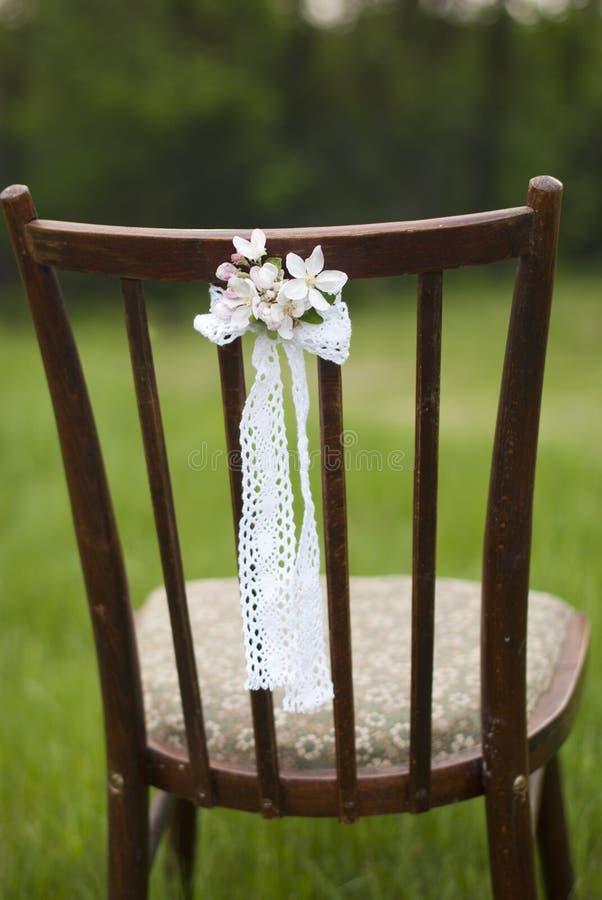 Feche acima da flor decorada na cadeira do vintage do casamento imagem de stock royalty free