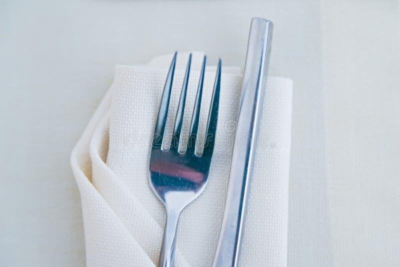 Feche acima da forquilha no guardanapo branco no restaurante fotos de stock