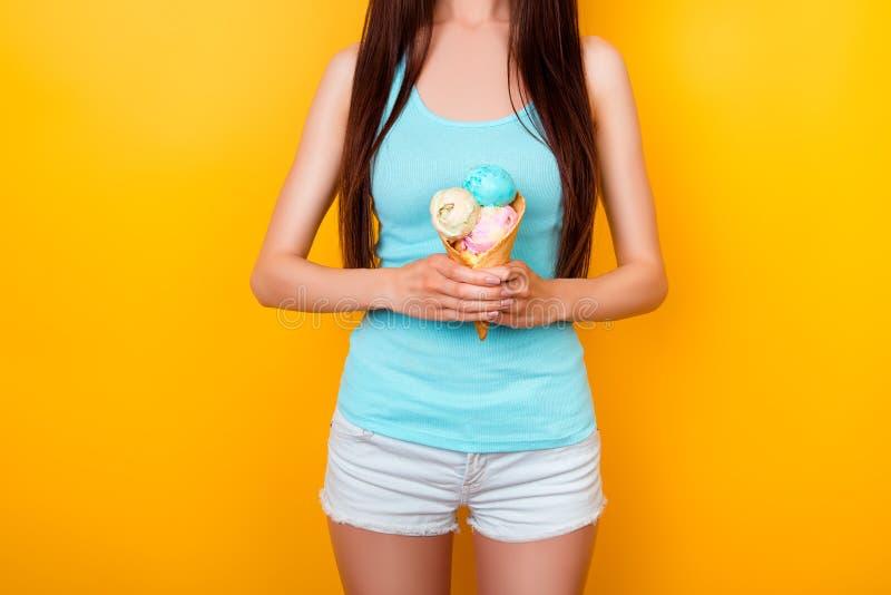 Feche acima da foto colhida de um gelado saboroso de três colheres do dif fotografia de stock royalty free