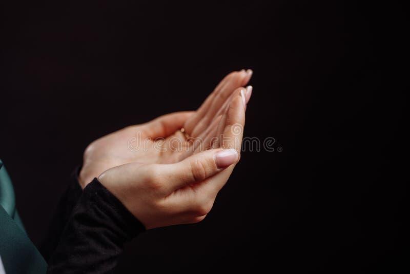 Feche acima da foto colhida da palma do ` s do womna que praing ao deus fotos de stock