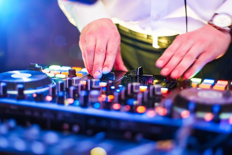 Feche acima da foto das mãos do DJ que jogam a música no console imagens de stock royalty free