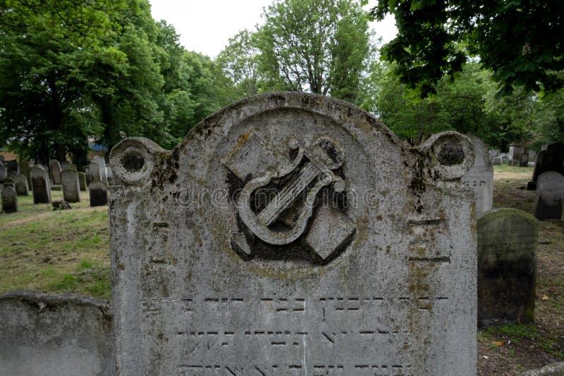 Feche acima da foto da lápide no cemitério judaico histórico em Brady Street, Whitechapel, Londres do leste A foto mostra a lira  fotografia de stock