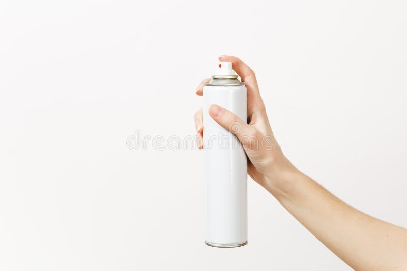 Feche acima da garrafa vazia do pulverizador das posses horizontais fêmeas da mão com o espaço da cópia isolado no fundo branco I foto de stock