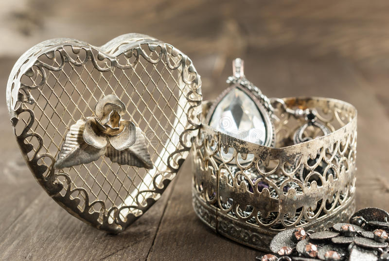 Feche acima da guarda-joias da forma do coração do vintage fotos de stock royalty free