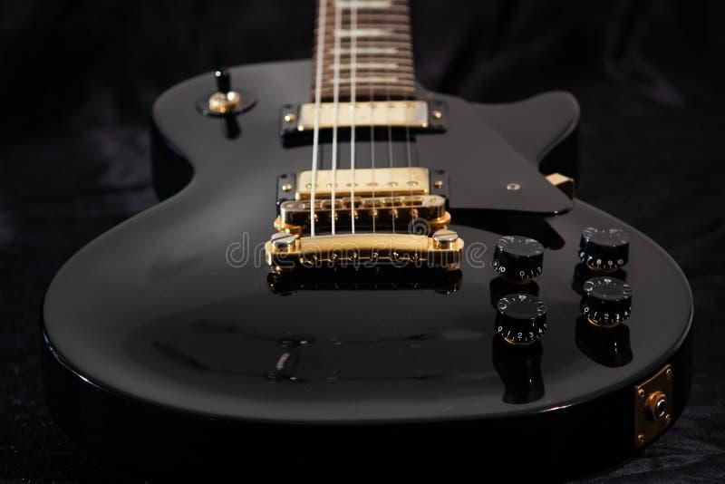 Feche acima da guitarra elétrica imagem de stock