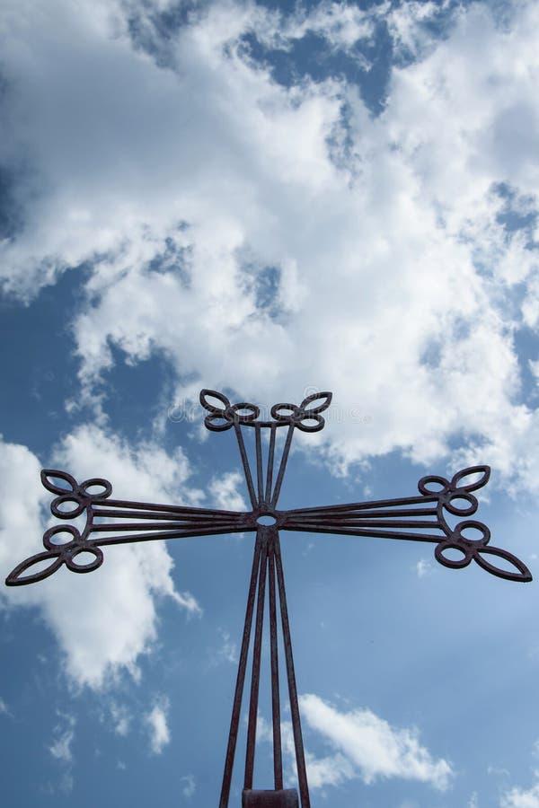Feche acima da ideia da cruz cristã contra a céu-nuvem fotos de stock