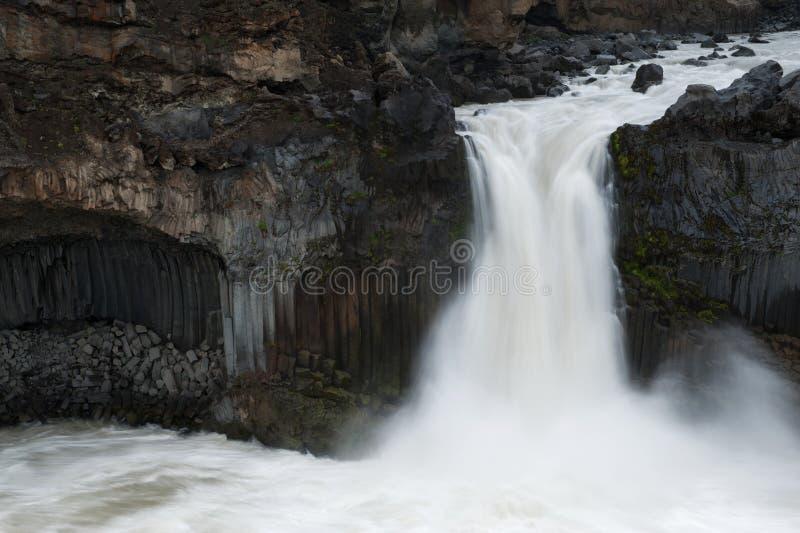 Feche acima da ideia das formações AR da cachoeira e do basalto de Aldeyjarfoss imagens de stock