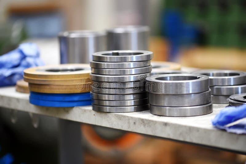 Feche acima da ideia das peças de metal na fábrica fotos de stock