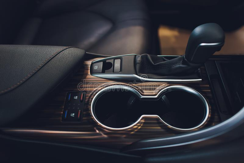 Feche acima da ideia de um deslocamento da alavanca de engrenagem Caixa de engrenagens manual Detalhes do interior do carro Trans imagens de stock
