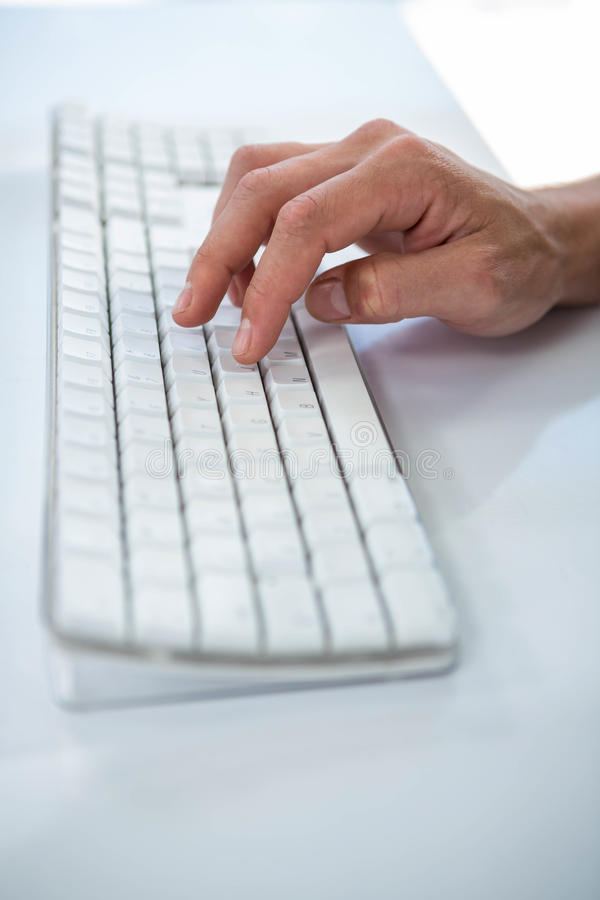 Feche acima da ideia de uma mão masculina que datilografa no teclado imagens de stock royalty free