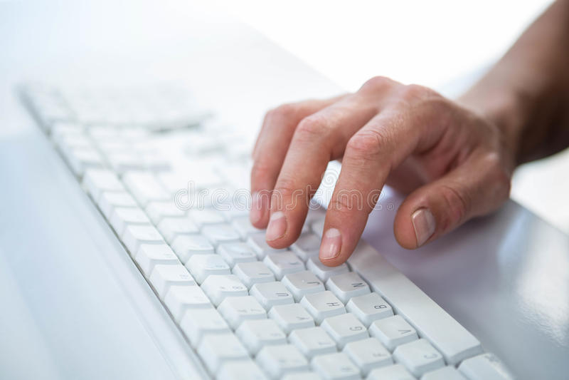 Feche acima da ideia de uma mão masculina que datilografa no teclado foto de stock royalty free