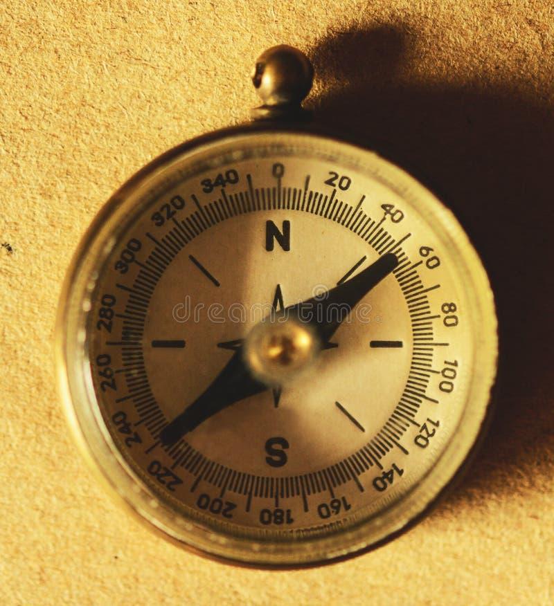 Feche acima da ideia do compasso no papel velho imagens de stock