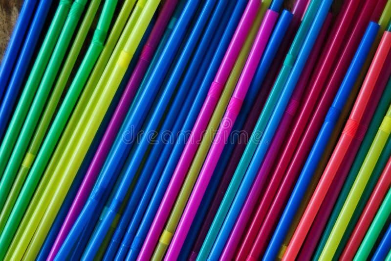 Feche acima da ideia superior de um grupo de palhas plásticas coloridas novas imagens de stock royalty free