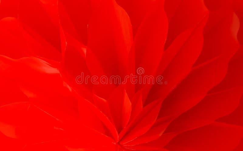 Feche acima da imagem abstrata das pétalas vermelhas bonitas da flor arranjadas no fundo das camadas fotografia de stock