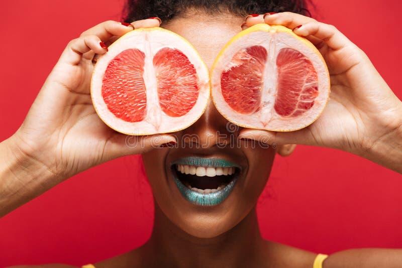 Feche acima da imagem do alimento da mulher afro-americana de sorriso que tem o divertimento co imagem de stock royalty free