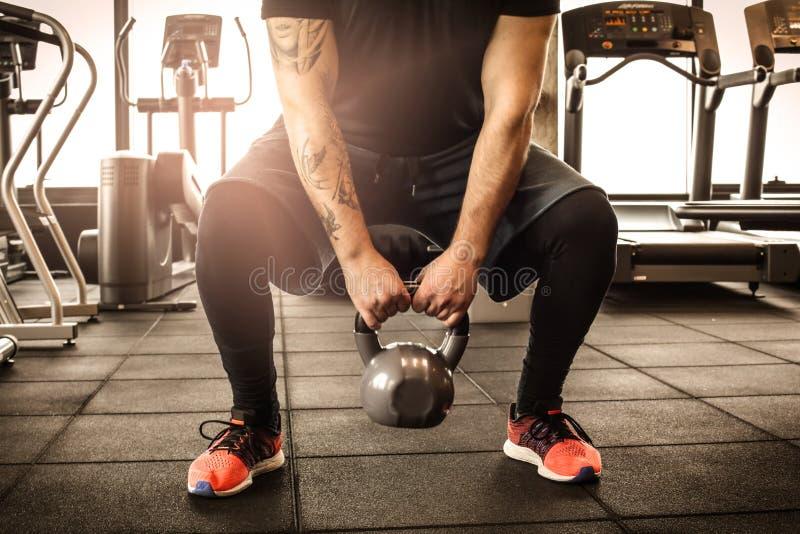 Feche acima da imagem do exercício do homem no gym imagem de stock royalty free