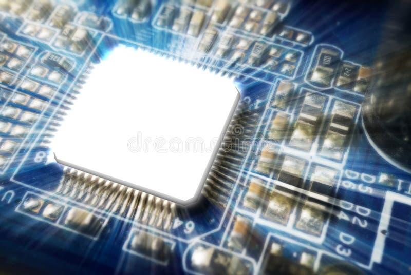 Feche acima da imagem do microchip que incandesce no cartão-matriz fotos de stock