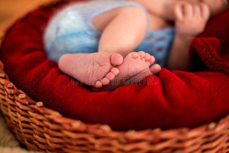 Feche acima da imagem dos pés recém-nascidos do bebê imagens de stock royalty free