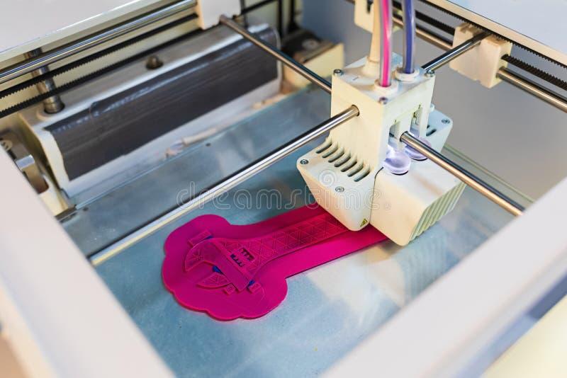 Feche acima da impressora 3D ao imprimir a chave de parafuso ou a chave inglesa do parafuso imprimir 3D em andamento imagens de stock royalty free