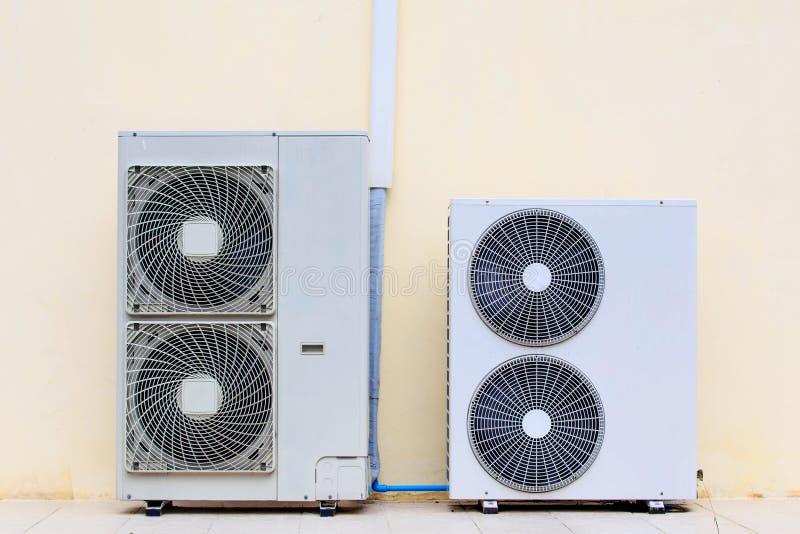 Feche acima da instalação dos dispositivos de aquecimento do condicionador de ar fora de b imagens de stock royalty free