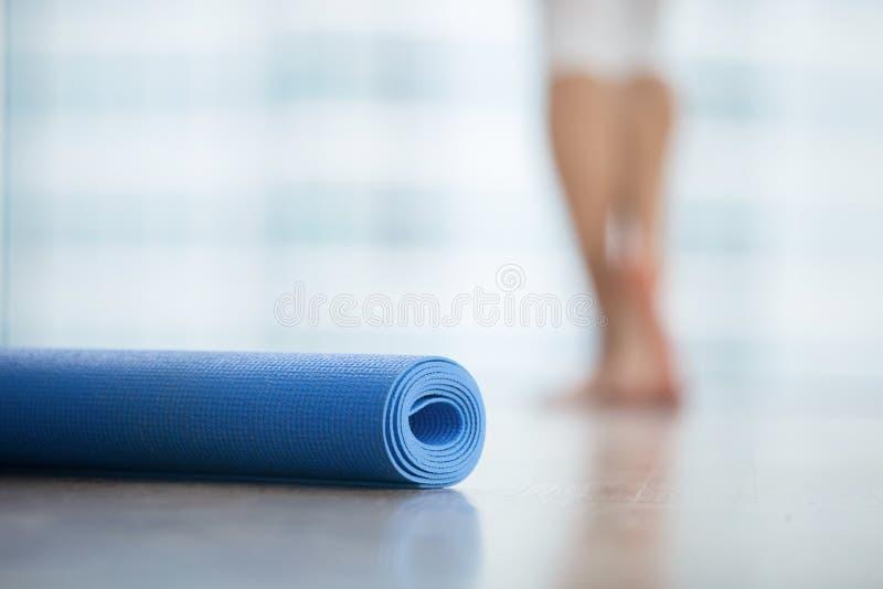 Feche acima da ioga, esteira da aptidão fotografia de stock royalty free