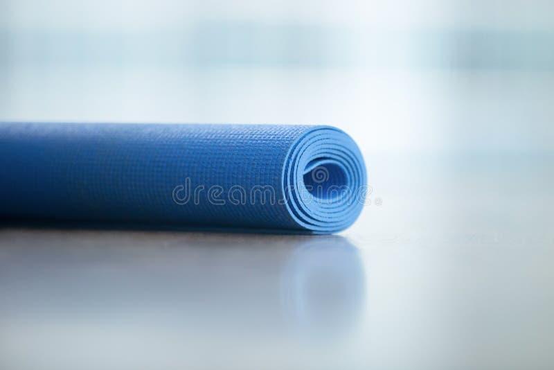 Feche acima da ioga, esteira do assoalho da aptidão imagens de stock royalty free