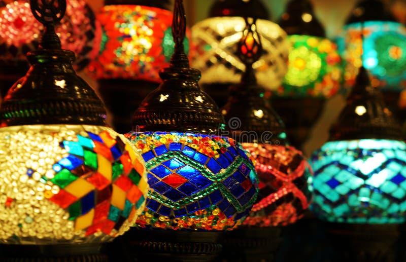 Feche acima da lanterna árabe tradicional do vidro e do metal foto de stock royalty free