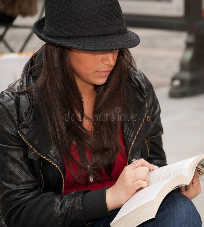 Feche acima da leitura urbana da mulher na cidade foto de stock