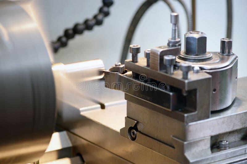 Feche acima da máquina do torno na operação foto de stock