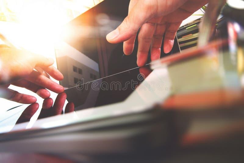 Feche acima da mão do desenhista que trabalha com o laptop em de madeira fotografia de stock royalty free