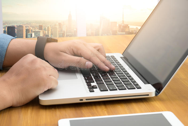 Feche acima da mão do homem de negócio que trabalha no laptop imagens de stock