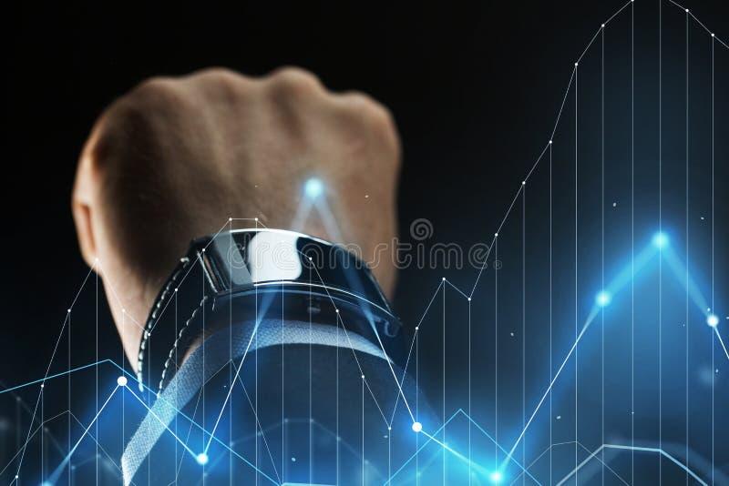 Feche acima da mão do homem de negócios com smartwatch fotos de stock royalty free