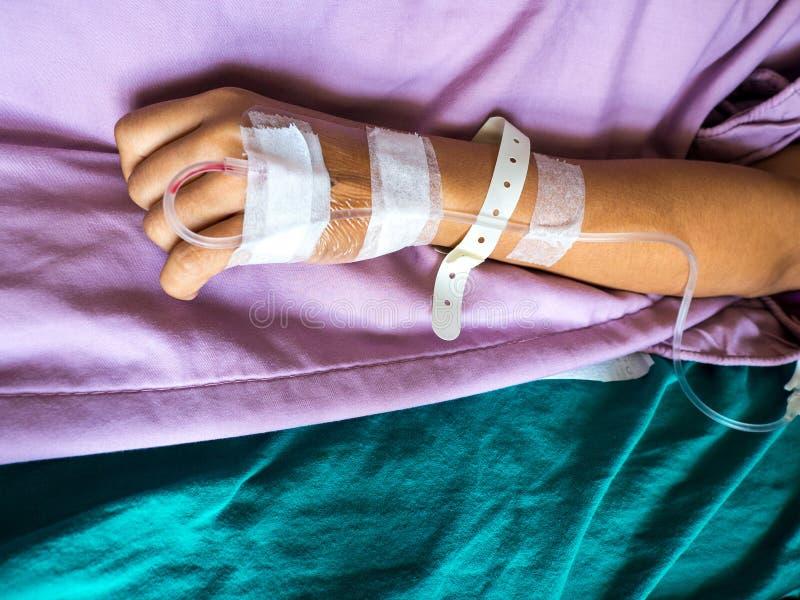 Feche acima da mão do paciente asiático da mulher com o gotejamento que recebe para a tomada da injeção à disposição Gotejamento  fotos de stock royalty free