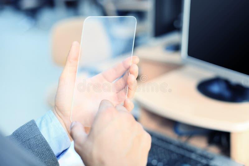 Feche acima da mão masculina com smartphone transparente fotos de stock