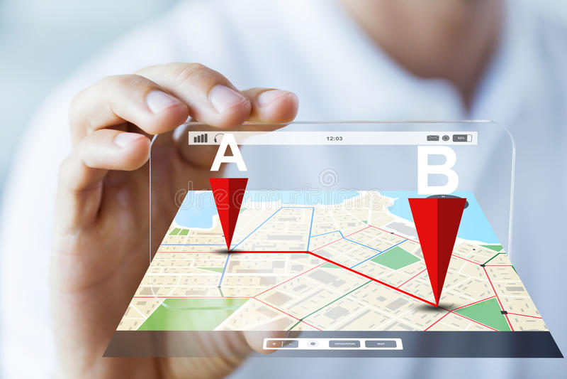 Feche acima da mão masculina que mostra o smartphone e trace imagens de stock royalty free