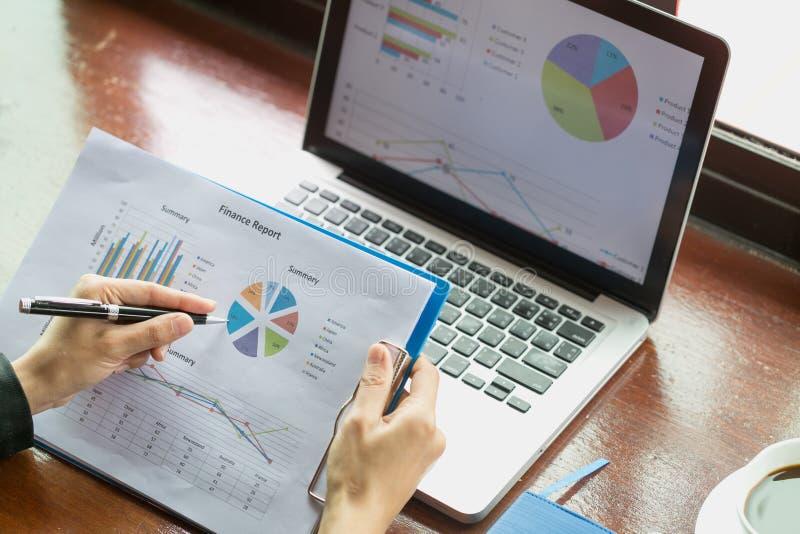 Feche acima da mão da mulher de negócio que trabalha no laptop com foto de stock royalty free
