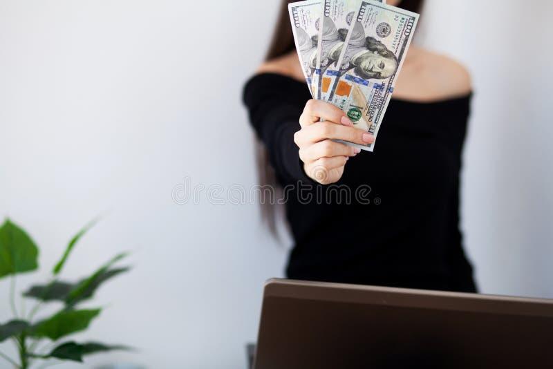 Feche acima da mão da mulher que conta dólares americanos imagens de stock royalty free